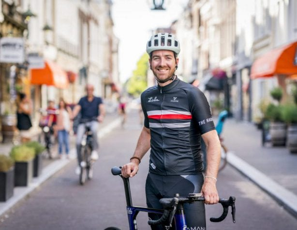 Nick Bons op de fiets in Den Haag